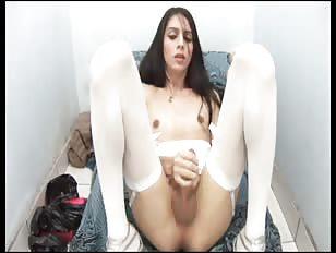 Pretty tranny dildoing her butt